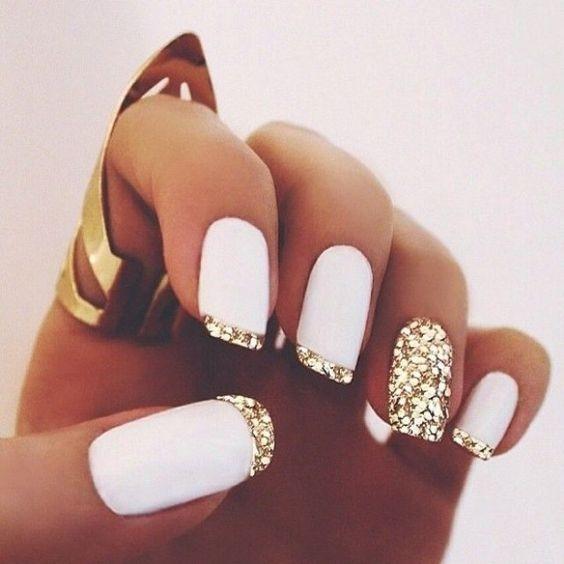 Белый френч с дизайном на безымянном пальце