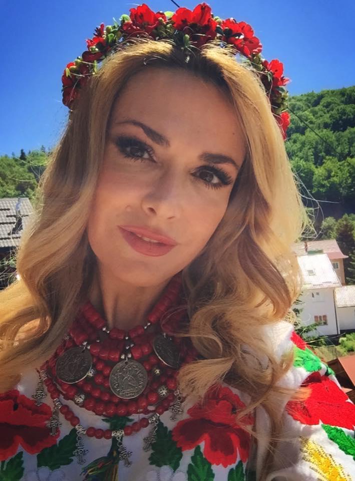 Чем занимались звезды на прошлой неделе: Ани Лорак меряет шляпу, Полина Гагарина позирует на радуге - фото №3