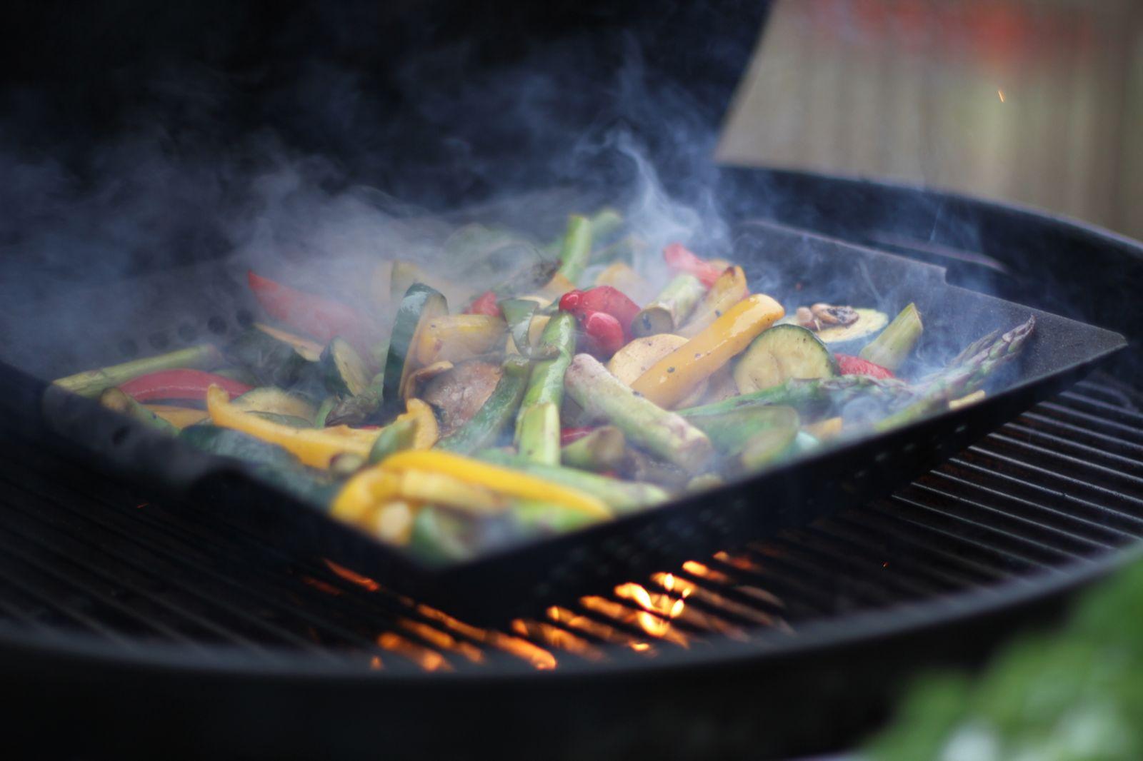 Рецепт для пикника: как приготовить овощи на гриле с домашним соусом - фото №1