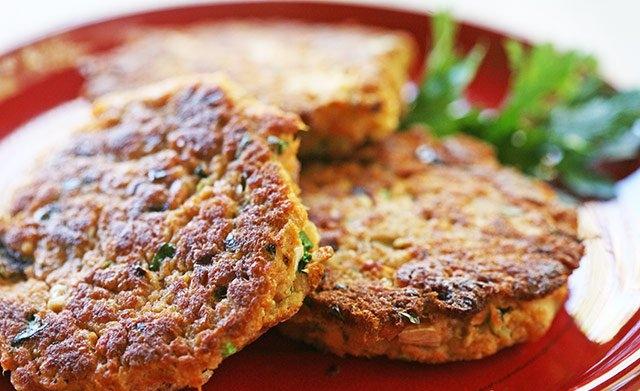 Котлеты с сырной начинкой: как интересно приготовить привычное мясное блюдо - фото №1