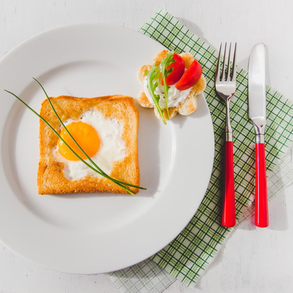 Оригинальный завтрак: яичница в тосте, запеченная в духовке - фото №1
