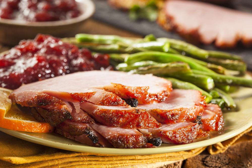 Рецепт ароматного мяса с брусничным соусом: свинина, запеченная с гвоздикой - фото №1