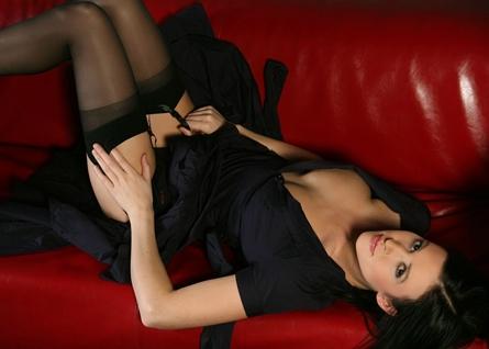 фото порно брюнетки на диване