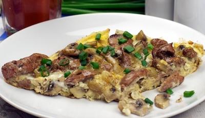 Поздний ужин. Омлет с куриной печенью и грибами