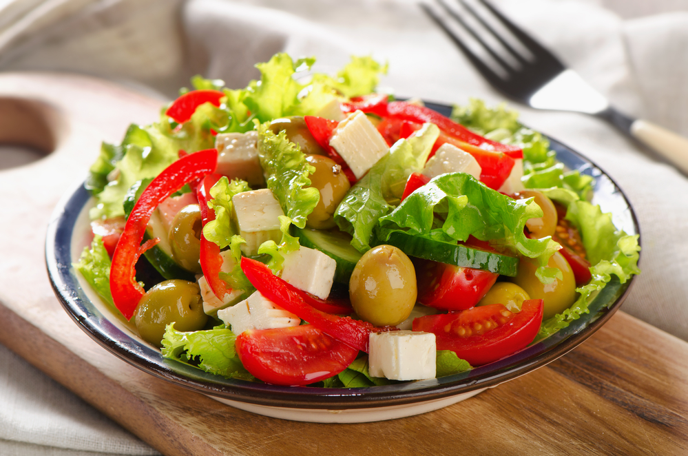 Греческий салат с сардинами: рецепт, который стоит попробовать - фото №1