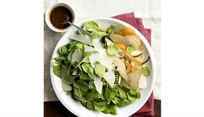 Пикантный салат с грушей и шпинатом