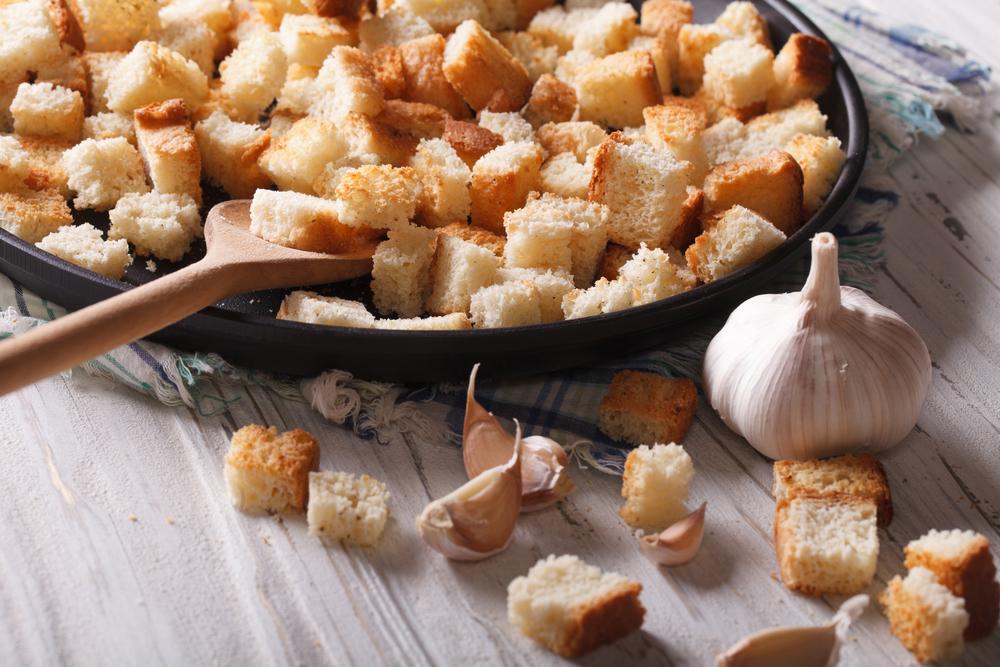 Как приготовить вкусный салат с домашними сухариками: рецепт на заметку - фото №1
