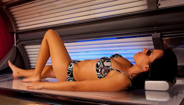Каждый сеанс в солярии повышает риск рака кожи
