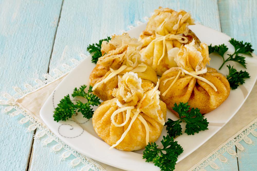 Рецепт блинных мешочков с грибами: простое блюдо с красивым оформлением - фото №1