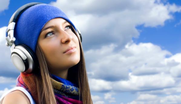 Громкий звук из наушников повреждает клетки мозга
