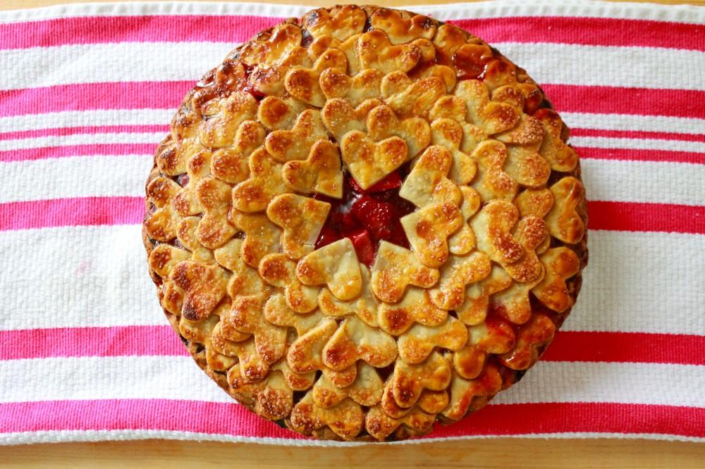 Вкусные рецепты с клубникой: как быстро приготовить воздушный клубничный пирог - фото №1