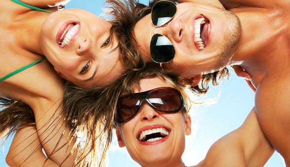 Ученые выяснили, в какое время суток и года люди счастливее обычного