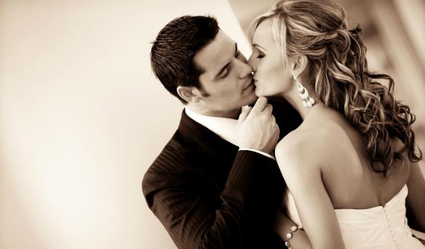 Муж играет волосней жены перед сексом