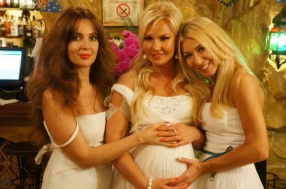 Певица Камалия родила близняшек