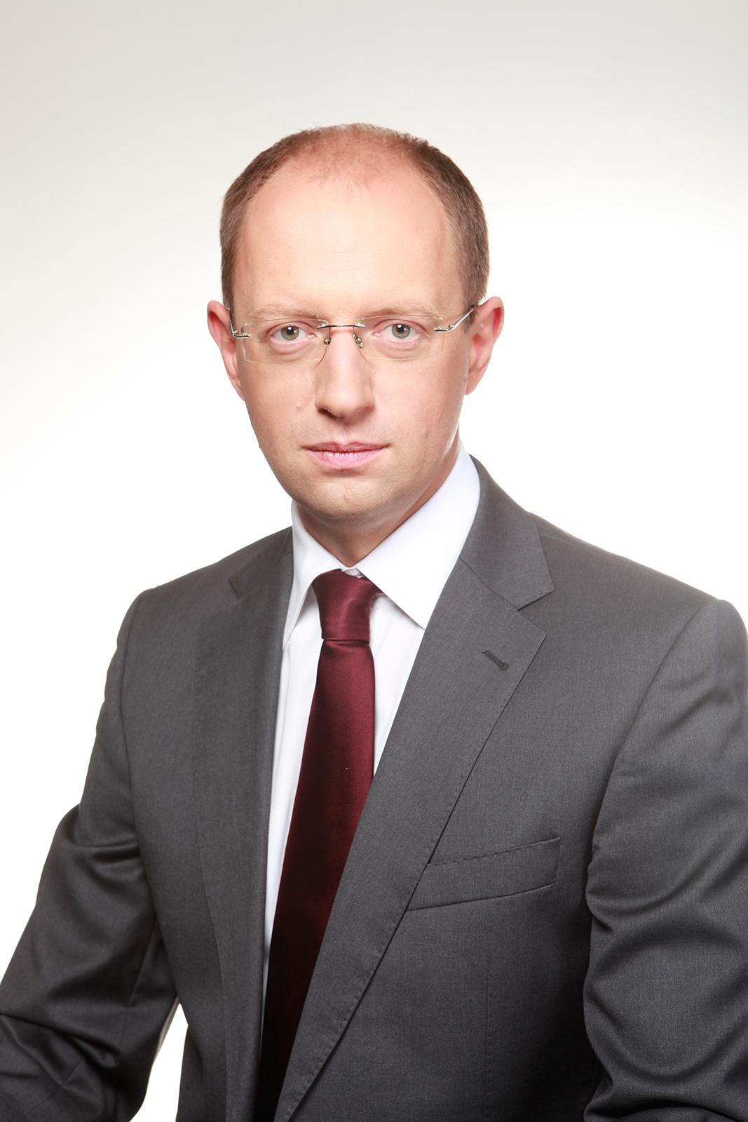 Арсений яценюк в 2001 году ушел в