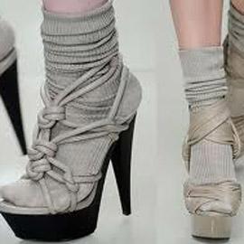 Носки в босоножки – смешно или стильно?