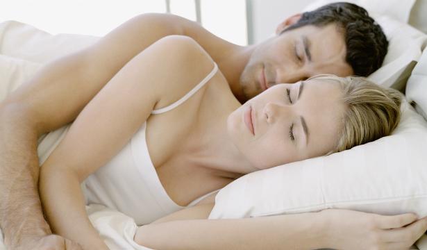 Медики советуют спать раздельно для сохранения отношений