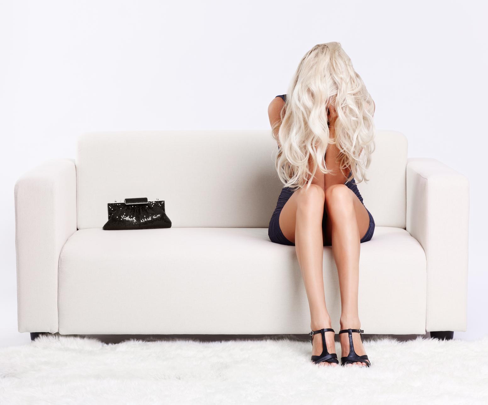 Фото блондинка на белом диване 26 фотография