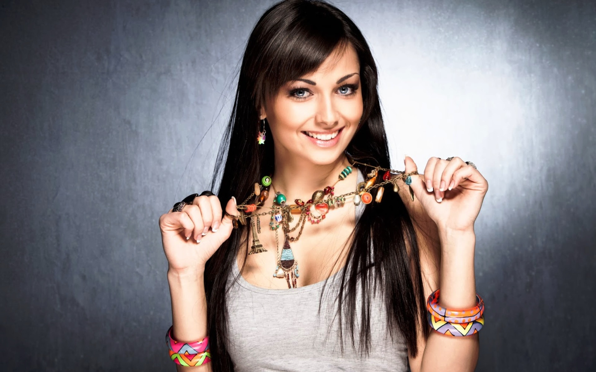 Фото девушка украшением на шее