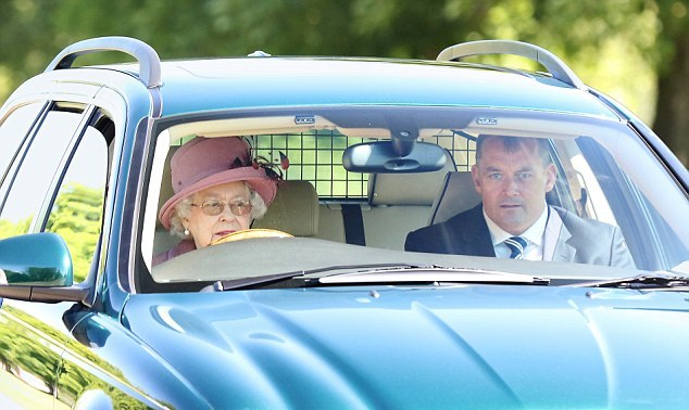 Королева Елизавета II: рекорд правления без паспорта и водительских прав - фото №3