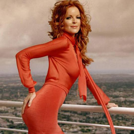 Маленькое красное платье: на пике моды