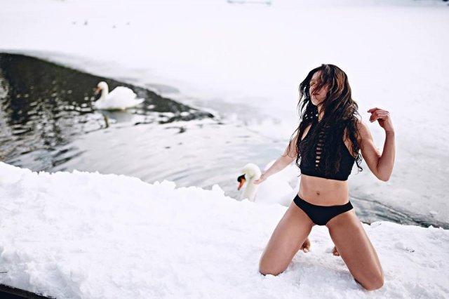 'Между нами тает лед': Руслана устроила пикантную фотосессию на снегу