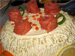 Лососевый торт с креветками (банкетное блюдо)