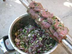 Шашлык из говядины с луком и шампиньонами