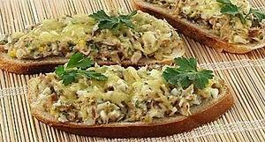 Бутерброд по-португальски с копченой рыбой