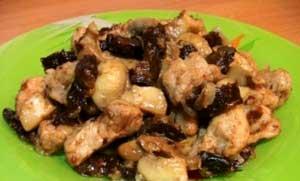 Свинина, жаренная с грибами и черносливом