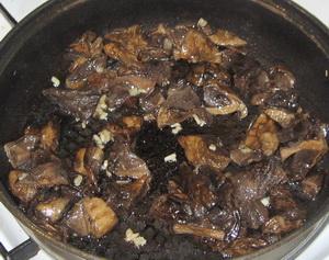 Грибы, жаренные со шкварками (узбекская кухня)