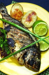 Рыба, запечённая под яйцом