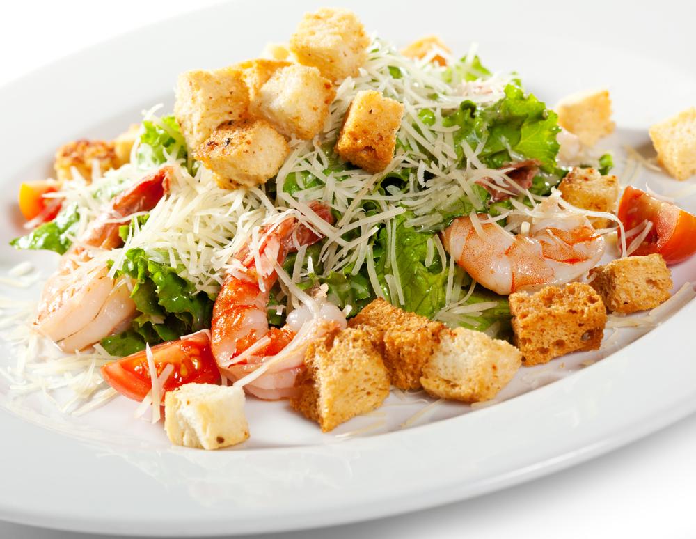 салат цезарь с креветками видео рецепт