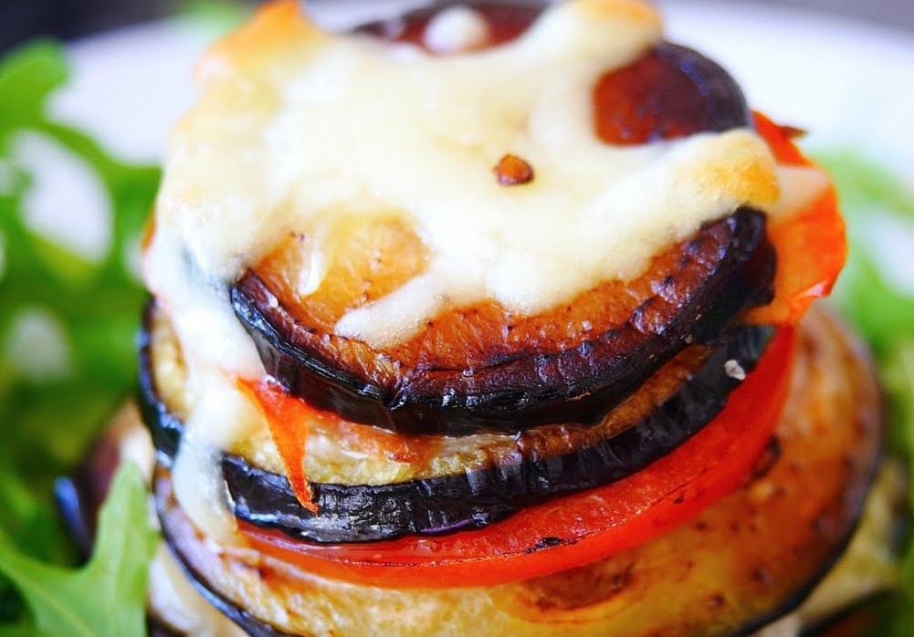 Вкусные блюда из баклажанов: простой рецепт с моцареллой и помидорами - фото №1