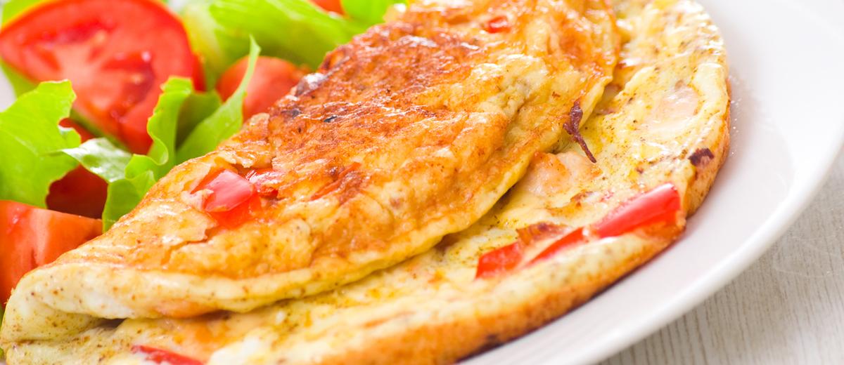 Воздушный омлет с овощами и тремя видами сыра: простой, но очень вкусный рецепт - фото №1