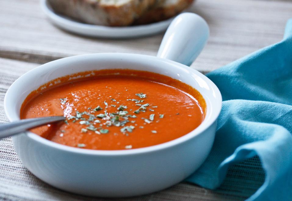 Томатный крем-суп с базиликом: интересная идея для приятного и сытного обеда - фото №1