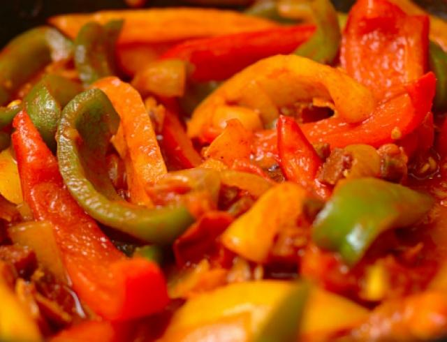 Проверенный рецепт лечо из перца и помидоров на зиму: готовим прямо сейчас - фото №1