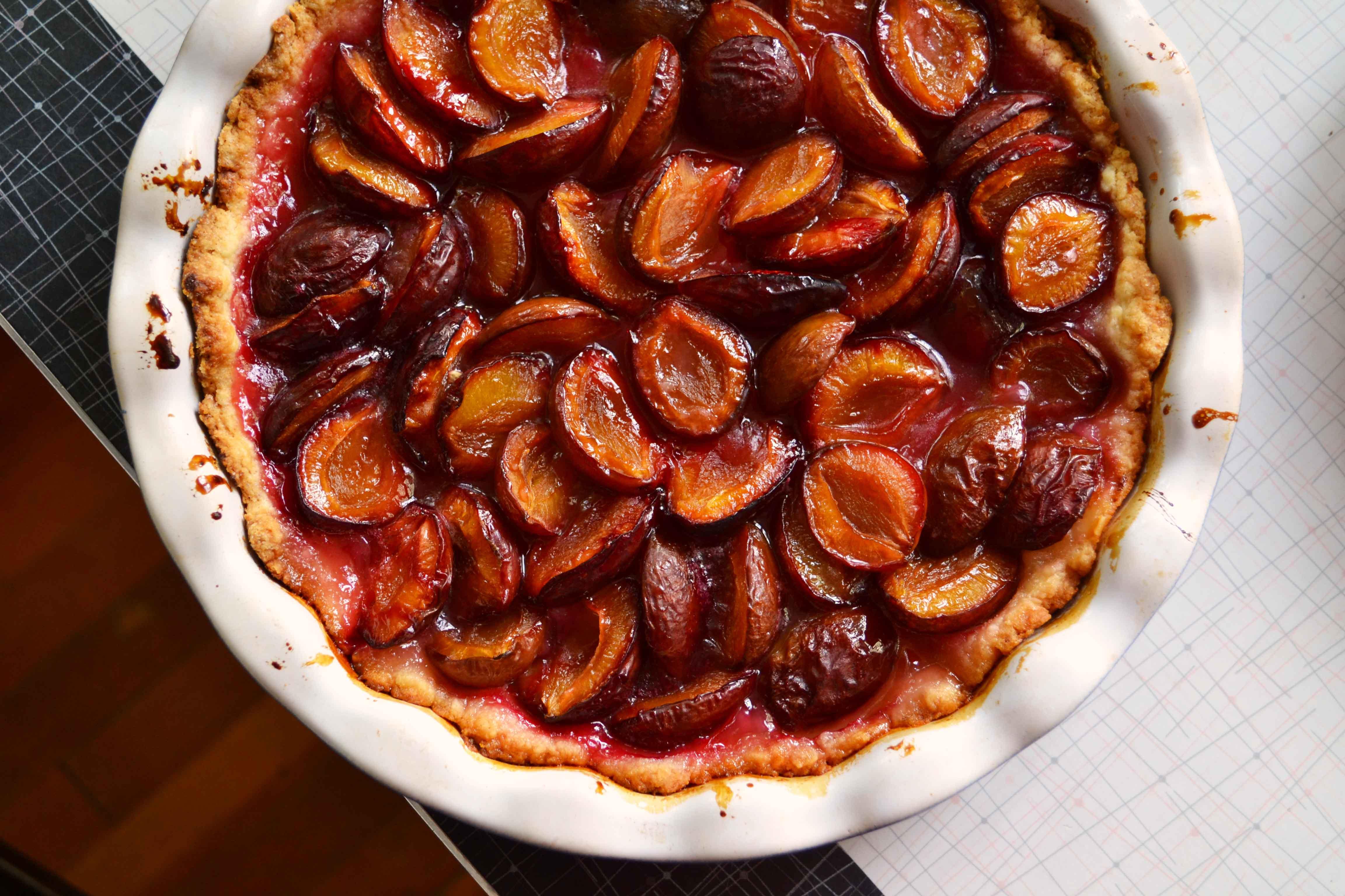 Печем сливовый пирог на кефире: рецепт десерта, который понравится всей семье - фото №1