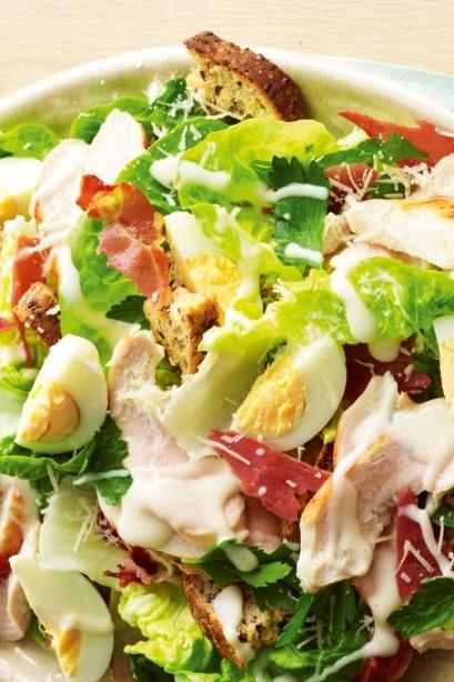 Что приготовить, когда надоело оливье: рецепт новогоднего салата Цезарь с курицей и беконом - фото №1