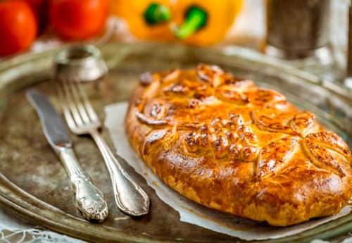Кулебяка с капустой и яйцом: как приготовить самый популярный пирог из домашнего теста - фото №1