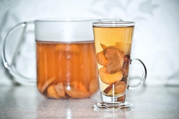 Рецепт взвара с медом и сушенными яблоками: напиток, который укрепляет иммунитет - фото №1