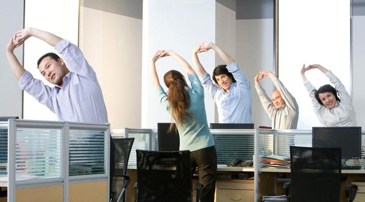 Как размяться, не вставая с места: 7 простых упражнений - фото №1