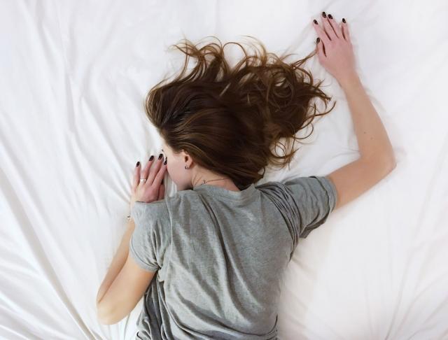 Как быстро уснуть: четыре beauty-способа избавиться от бессонницы - фото №1