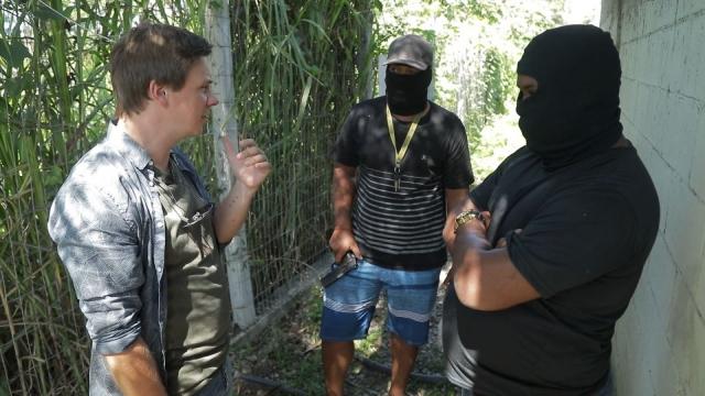 Они направили взведенное оружие к виску: Дмитрий Комаров попал в логово бразильской мафии