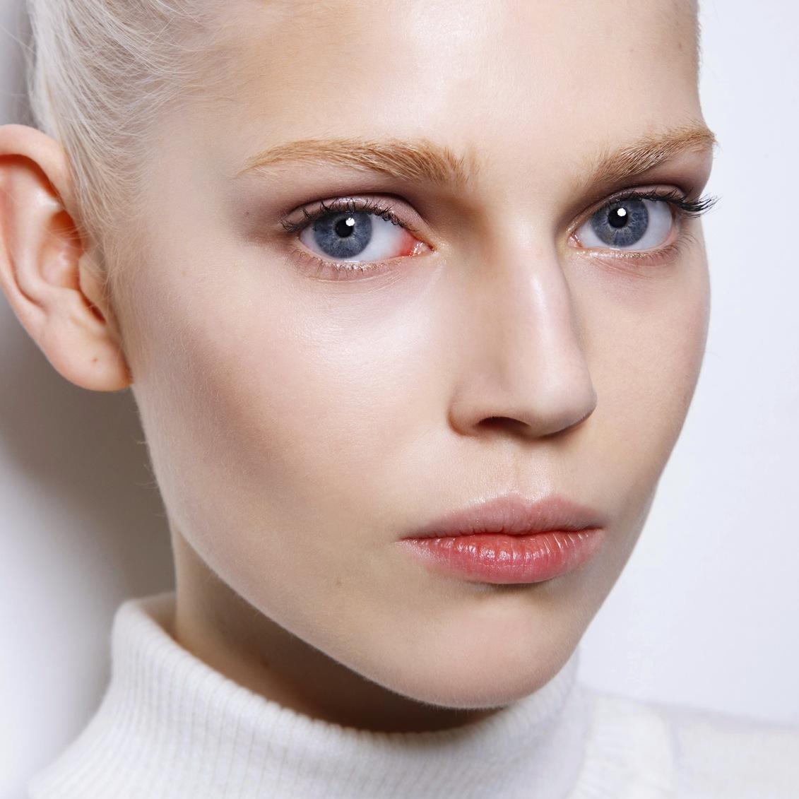 Девушка с естественным макияжем фото
