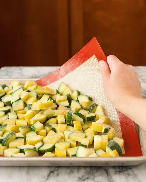 Чтобы заготовки не помялись, заморозьте их ломтиками по отдельности
