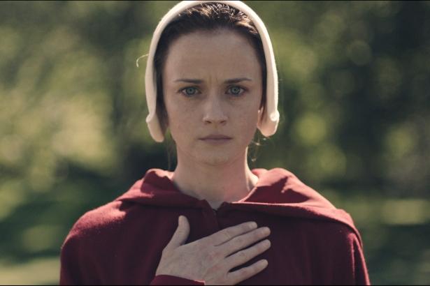 Полный список победителей Эмми 2017: триумф Рассказ служанки и Элизабет Мосс