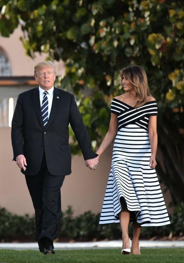 мелания трамп в полосатом платье