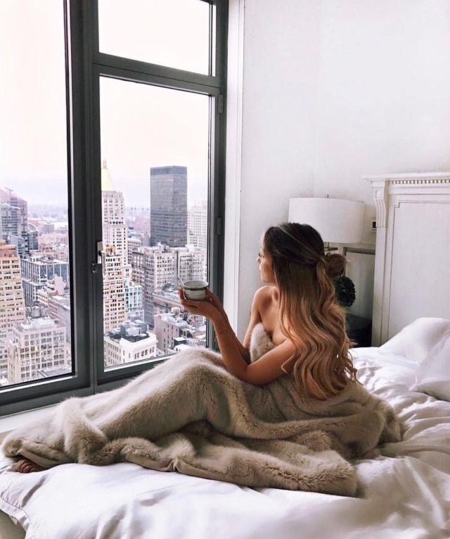 красивая женщина в кровати