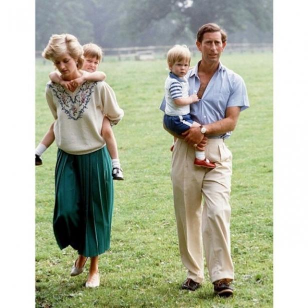 Королевская семья показала новорожденного принца Луи вместе ссестрой